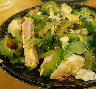 Okinawa dishes, such as Goya Chanpuru and Okinawa Noodles, are made from local ingredients and are very healthy.